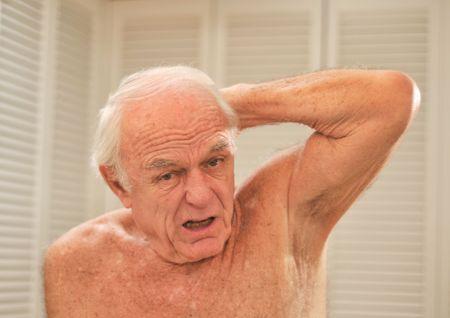 Una buca braccio puzzolente rende un uomo a reagire nel disgusto.  Archivio Fotografico - 6076008