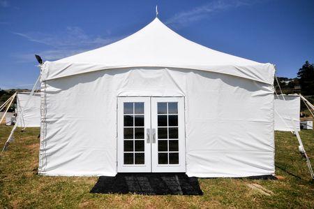 Tenda bianca con porte di vetro in un campo Archivio Fotografico - 7022942