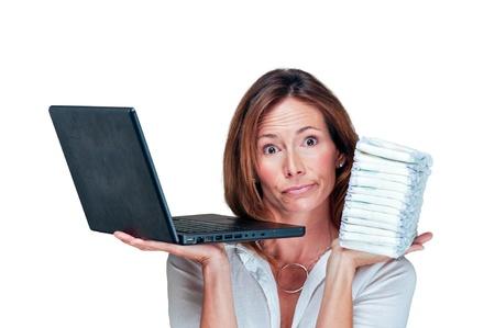 Donna mamma e affari contiene stack di pannolini e laptop Archivio Fotografico - 8464667