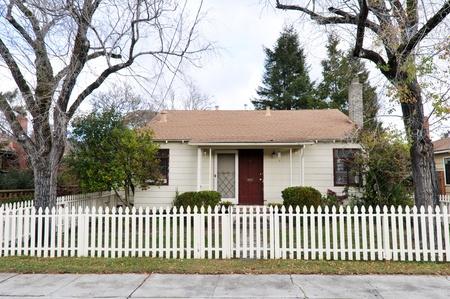 Enig familiehuis met een verhaal en een houten schutting Redactioneel