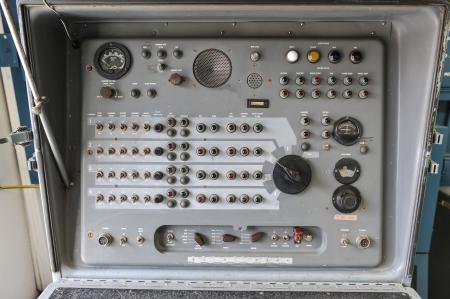 Missile bedieningspaneel met verlichting wijzerplaten, schakelaars, knoppen en een luidspreker