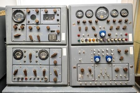 Pannello di controllo Missile con luci manopole, interruttori, manopole e un altoparlante Archivio Fotografico - 20073895