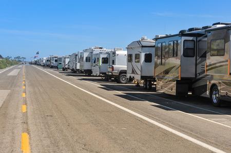 Una fila di camper sono parcheggiati a fianco di una strada vicino l'Oceano Pacifico Archivio Fotografico - 30452106