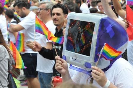 homosexuales: SAN FRANCISCO - 28 DE JUNIO: Paraders en Market Street en el desfile del orgullo SF disfrutar del día en 28 de junio 2015 Editorial