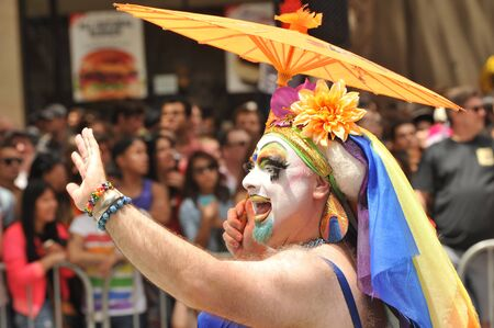 homosexuales: SAN FRANCISCO - JUNE 28: Paraders on Market Street in the SF Pride Parade enjoy the day on June 28, 2015