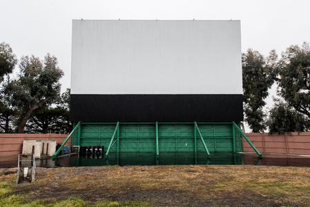 Parkeerplaats voor een rit in de film met het scherm en luidspreker polen