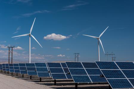 Tablice słoneczne i rzędy turbin wiatrowych pochłaniają energię