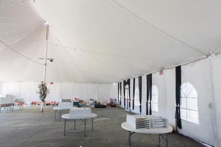 Una grande tenda bianca iwith tavoli e sedie per feste e intrattenimenti Archivio Fotografico - 61092152