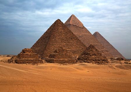 砂漠の背景に、エジプトのピラミッド。