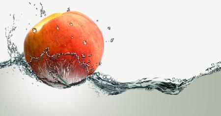 熟した桃や水の水しぶき。 写真素材