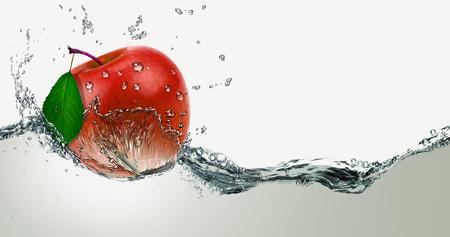 水のスプレーで赤、ジューシーなリンゴ。