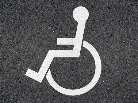 personne handicap�e: Marquage � la personne handicap�e sur l'asphalte.