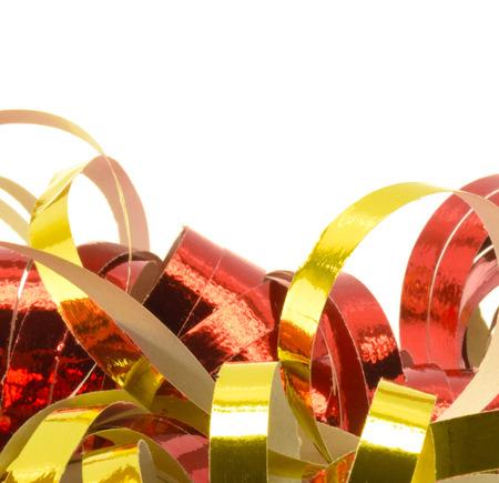 festones: Primer plano de serpentinas de papel de oro y rojo