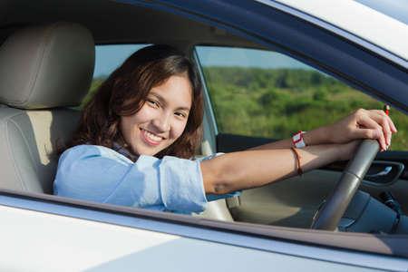 chofer: Mujer asi�tica, joven mujer de conducci�n feliz por su coche o controladores de nueva licencia Foto de archivo