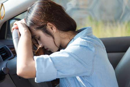 chofer: conductor mujer asiática triste en el coche