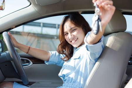 Aziatische vrouw, Jonge vrouwelijke rijden tevreden over haar nieuwe auto of rijbewijs