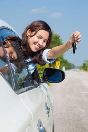 chofer: Mujer asiática, joven mujer de conducción feliz por su coche o controladores de nueva licencia Foto de archivo