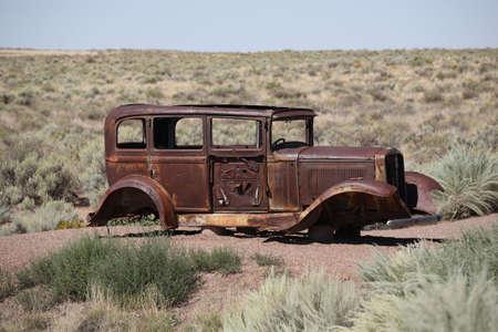 abandoned car: Autom�vil abandonado sobre la Ruta 66