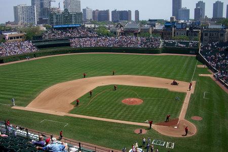 CHICAGO - 27 mei 2006: Cubs fans wachten op een lente wed strijd op historische Wrigley Field.