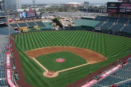 Anaheim, California - 26 april 2007: Eerdere binnengekomen Angels ventilatoren een spel voorjaar Honkbal op klassieke Los Angeles Angel Stadium Of Anaheim, die geopend in 1966 afwachten.