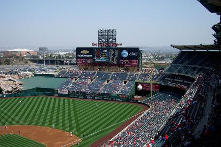 Anaheim, California - 26 april 2007: Angels ventilatoren een lente honkbal spel onder het score bord op klassieke Los Angeles Angel Stadium Of Anaheim bekijken.