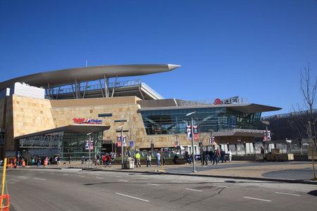 ballpark: Minneapolis, el 22 de abril de 2010: Llegan los ventiladores en el nuevo estadio de los mellizos de Minnesota, volviendo al aire libre de b�isbol a las ciudades gemelas