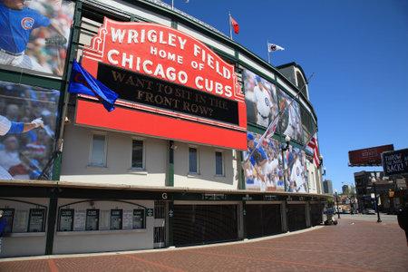 ballpark: Chicago, Illinois - el 26 de abril de 2010: un nuevo aspecto hist�rico Wrigley Field y el famoso signo de la recepci�n de los Cubs de Chicago  Editorial