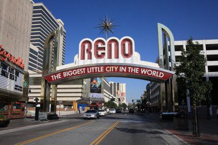 Reno, Nevada - 22 september 2008: Vintage Virginia Street Welkom in Nevada gaming stad op een zonnige dag