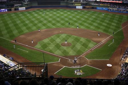 Milwaukee, Wisconsin - 24 april 2010: The National League brouwers strijd de Chicago Cubs onder een gesloten dome  Redactioneel