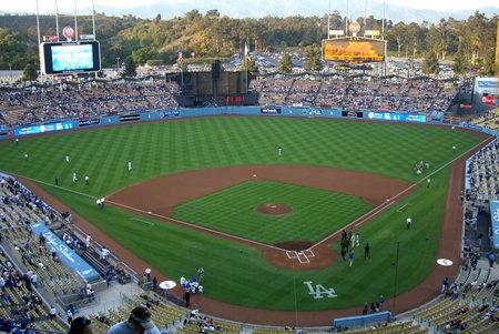 Los Angeles, Californië - 25 april 2007: Dodger Stadium, huis van de LA Dodgers, voorafgaand aan een nacht spel