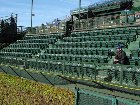 gradas estadio: Chicago, Illinois-, el 26 de abril de 2010: Ventilador de primera de los cachorros para llegar en las famosas gradas de Wrigley Field Editorial