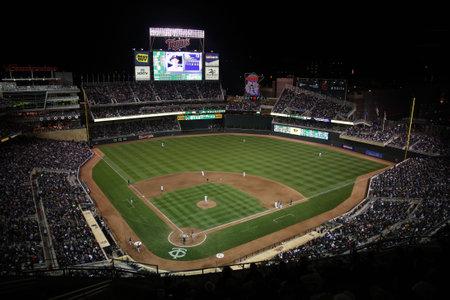 ballpark: Minneapolis, el 21 de abril de 2010: Noche de juego en el campo de destino, nuevo estadio de b�isbol de los Minnesota Twins  Editorial