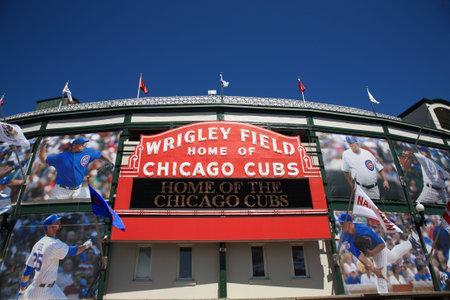 Chicago, Illinois - 26 avril 2010 : Un nouveau look pour historique Wrigley Field et le célèbre signe de bienvenue des Cubs de Chicago    Banque d'images - 7193093