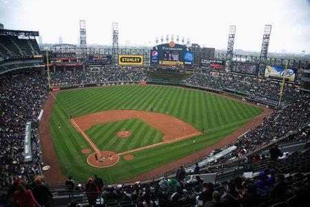 Chicago, Illinois - 25 April 2010: White Sox Baseballspelers onder de lichten op U.S. cellulaire Field Redactioneel