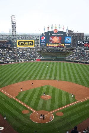 campo de beisbol: Chicago, Illinois - el 25 de abril de 2010: Jugadores de b�isbol de medias blancas bajo las luces en el campo de Cellullar de los Estados Unidos