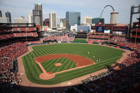 ballpark: St. Louis, el 18 de septiembre de 2010: Busch Stadium, estadio centro de la ciudad de los cardenales, con el horizonte de la ciudad y el Gateway Arch.  Editorial