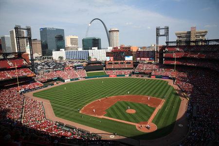 St. Louis, 18 september 2010: De Gateway Arch torens van meer dan een spel van de Car din als Busch Stadium