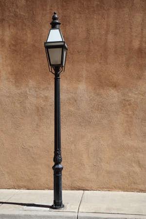 adobe wall: Muro di Adobe e illuminazione stradale
