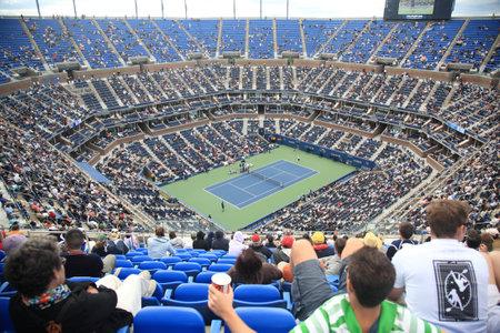ニューヨーク - 2010 年 9 月 9 日: 混雑したアーサー アッシュ スタジアム クイーンズ、ニューヨーク市で全米オープン テニスの試合のため。