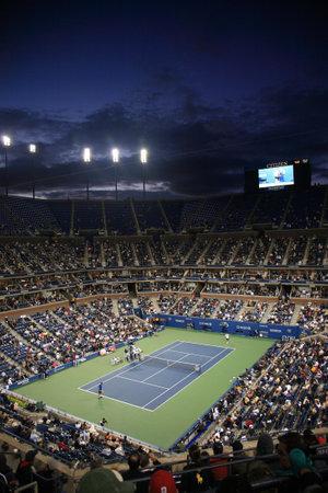 tennis stadium: Nueva York - el 9 de septiembre de 2010: Un concurrido Arthur Ashe Stadium para un partido de tenis abierto de noche U.S. en Queens, Nueva York.