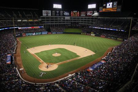 wartości: Arlington, Teksas - 28 wrzeÅ›nia 2010: Texas Rangers Ballpark W Arlington, główna dogrywce zwiÄ…zany Rangers. Ichirō Suzuki Seattle Mariners znajduje siÄ™ na tablicy. Publikacyjne
