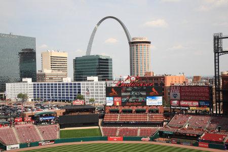 St. Louis, 18 September 2010: Fans verzamelen voor een late seizoen kardinalen spel in Busch Stadium, onder de Gateway Arch.