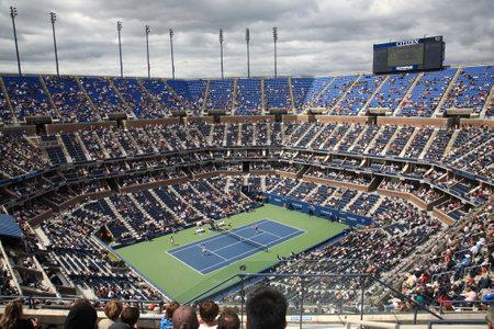 tennis stadium: Nueva York - el 9 de septiembre de 2010: Un concurrido Arthur Ashe Stadium para un partido de tenis abierto de Estados Unidos en Queens, Nueva York.