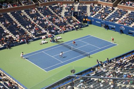 tennis stadium: Nueva York - el 9 de septiembre de 2010: Un concurrido Arthur Ashe Stadium para partido de tenis de dobles de la mujer abierto de un Estados Unidos en Queens, Nueva York.