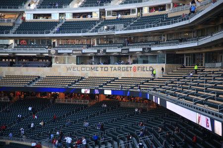 ballpark: Minneapolis, 22 de abril de 2010: cuadro de prensa y aficionados que llegan tempranos en el nuevo estadio de los mellizos de Minnesota, volver al aire libre de b�isbol a las ciudades gemelas. Editorial