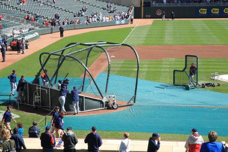 ballpark: Minneapolis, 22 de abril de 2010: Pr�ctica de bateo en el campo destino, el nuevo estadio de los gemelos de Minnesota, que devuelve el b�isbol al aire libre a las ciudades gemelas.