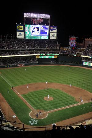ballpark: Minneapolis, 21 de abril de 2010: Juego de noche en el campo destino, el nuevo estadio de los mellizos de Minnesota.