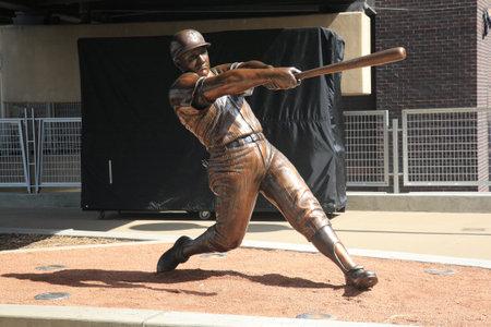 ballpark: Minneapolis, 21 de abril de 2010: Estatua de Harmon Killebrew aparece en el campo destino, el nuevo estadio de los mellizos de Minnesota.