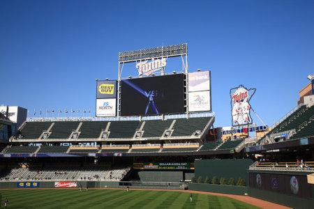 ballpark: Minneapolis, 21 de abril de 2010: Outfield y enorme marcador en campo de destino. El nuevo estadio de los mellizos de Minnesota devuelve b�isbol al aire libre a las ciudades gemelas. Editorial