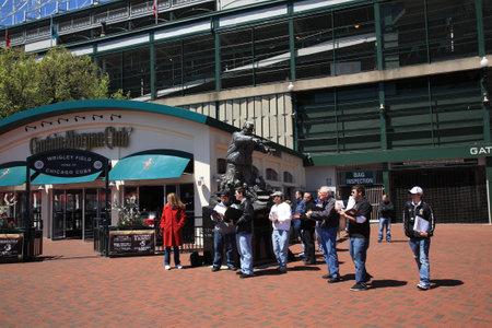 ballpark: Chicago, Illinois - el 26 de abril de 2010: Grupo de turistas en la esquina de la calle de Addison y Avenida Sheffield, famoso discurso de Wrigley Field, estadio hogar de los cachorros de Chicago.